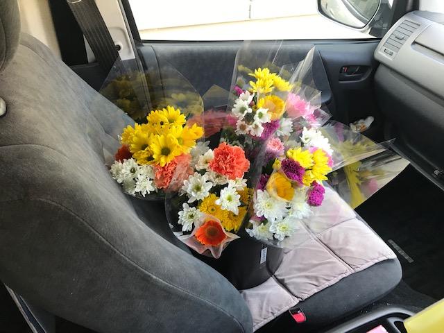 送迎バス車内でのお花の販売